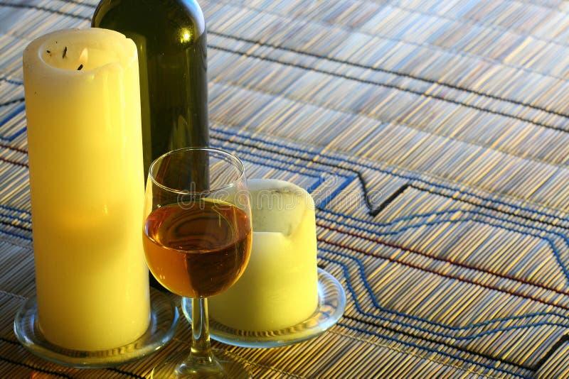 Het romantische plaatsen met wijn bij strand stock afbeelding
