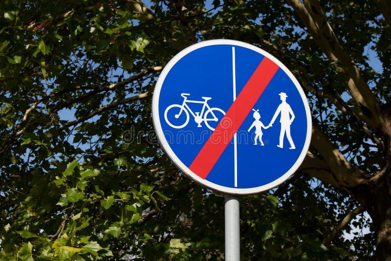 Het ronde blauwe teken aantonen die dat de weg voor fietsers en voetgangers eindigt royalty-vrije stock foto