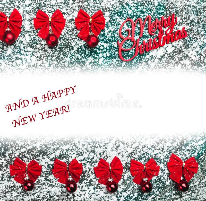 Het rood buigt en Vrolijk Kerstmisteken, tekst, op grijze, marmeren, steenachtergrond, mening vanaf bovenkant stock foto