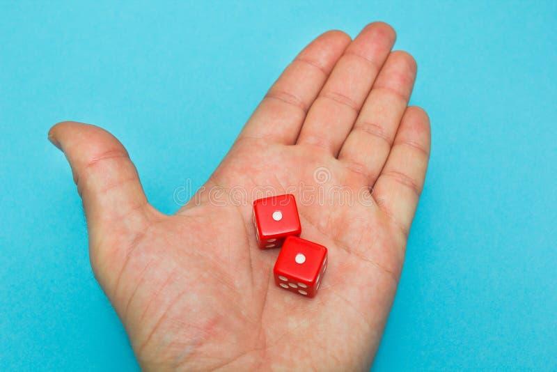 Het rood dobbelt in de hand, mislukking stock foto's