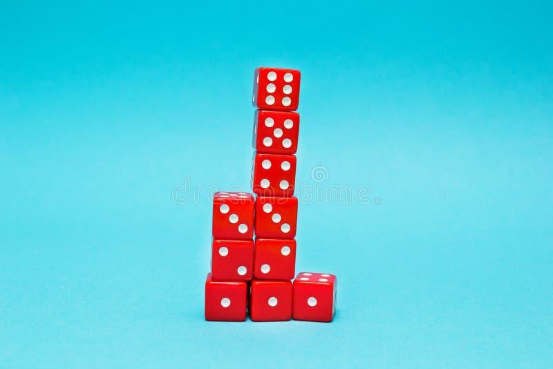Het rood dobbelt in de vorm van een piramide, groeiend van één tot zes, op een blauwe achtergrond stock foto