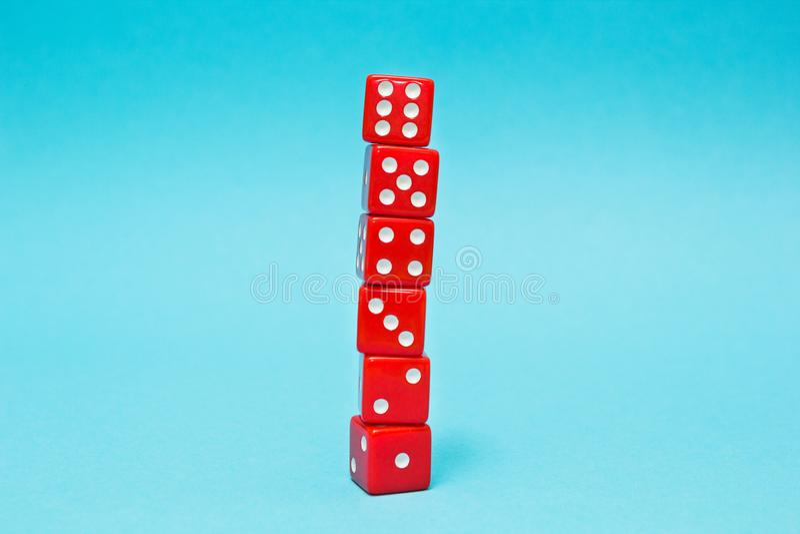 Het rood dobbelt, groeiend van één tot zes, op een blauwe achtergrond stock fotografie