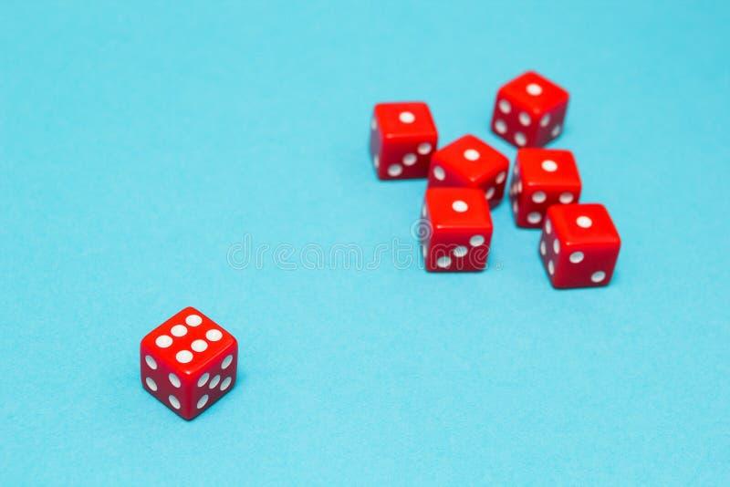 Het rood dobbelt op een blauwe achtergrond, een succes en een mislukking royalty-vrije stock afbeelding