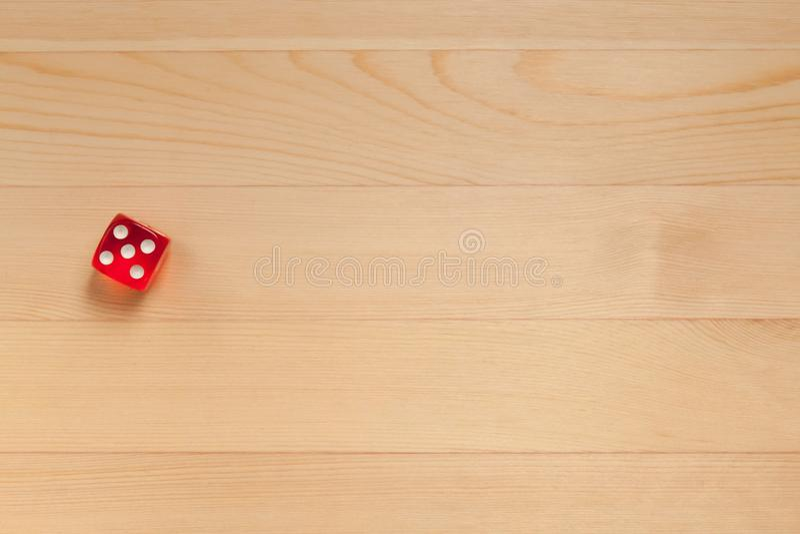 Het rood dobbelt op een lichtbruine houten achtergrond Verworpen 5 stock fotografie