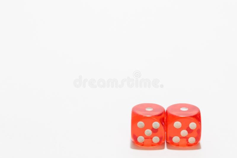 Het rood dobbelt, het typische gokken Met witte ruimte als achtergrond en exemplaar royalty-vrije stock foto