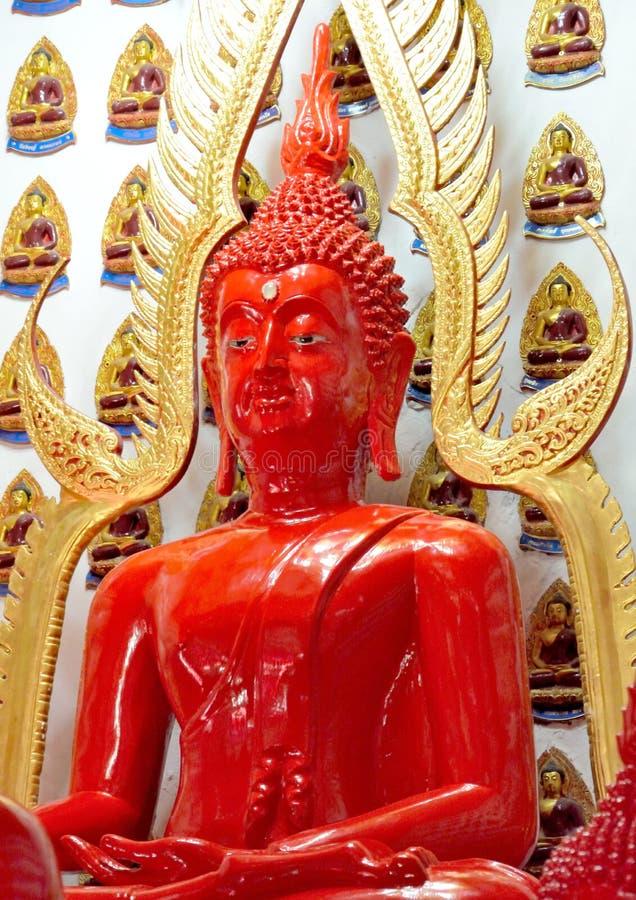 Het rood van beeldhouwwerkboedha royalty-vrije stock foto