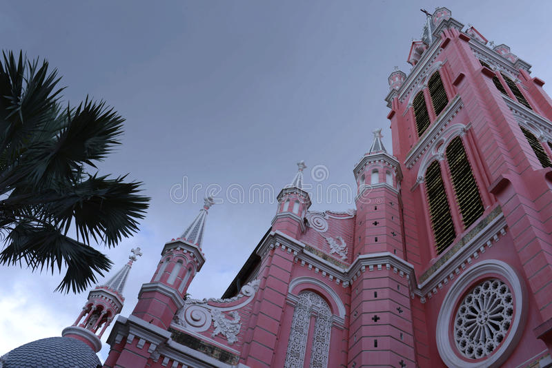 Het rood van de Katholieke kerk in Ho-Chi-Minh-Stad, straat, Vietnam stock afbeeldingen