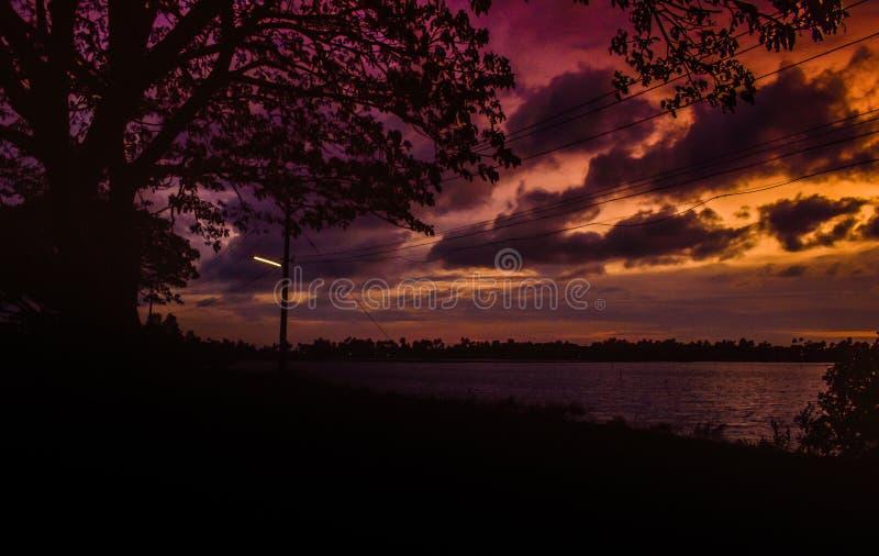 Het roodachtige zijaanzicht van het avondmeer stock fotografie
