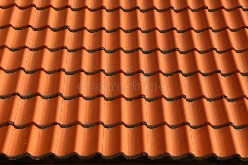 Het roodbruine ceramische dak betegelt patroonachtergrond stock foto