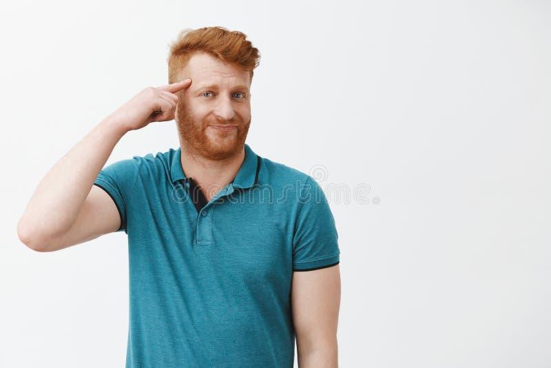 Het roodharige niet beviel kerel besprekend bizarre vriend die onlangs krankzinnig werd, nemend stomme besluiten Portret van rijp stock afbeelding