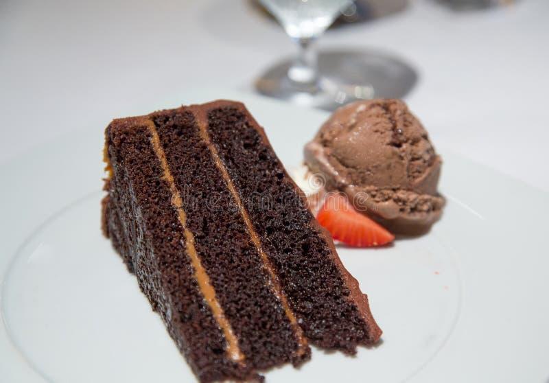 Het Roomijs en de Aardbei van de chocoladecake royalty-vrije stock afbeeldingen