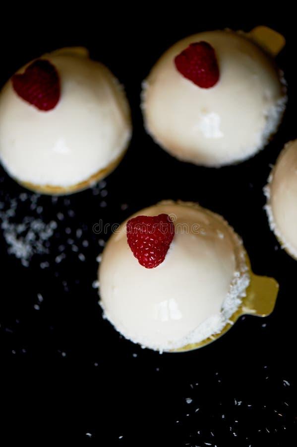 Het roomijs van de brownieframboos Is massovoe cake van een mousse-room, generovaniframbozen zonder suiker, en de basis van stock afbeelding