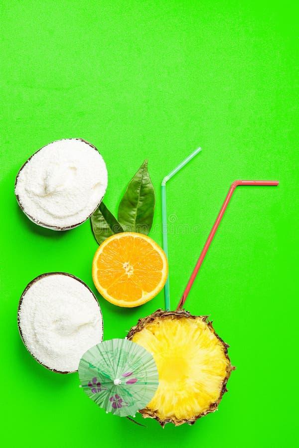 Het roomijs van de kokosnoten niet-agenda in shell werpt rijpe sappige gehalveerde ananassinaasappel met bladeren het drinken de  royalty-vrije stock afbeeldingen