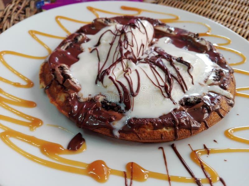Het roomijskegels van de aardbei, van de chocolade, van de vanille en van de pistache over witte achtergrond stock afbeeldingen