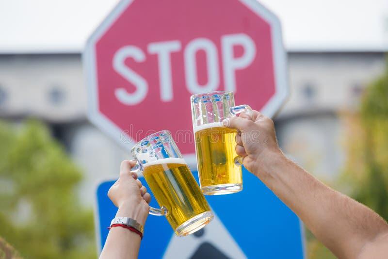 Het roosteren met bier voor het teken van de eindestraat royalty-vrije stock afbeeldingen