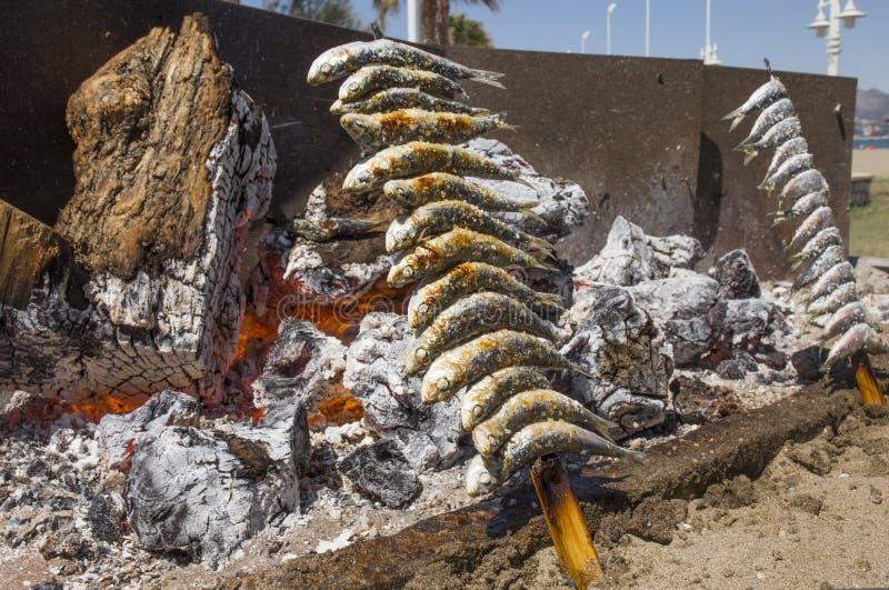 Het roosteren van espetos in Malaga Chiringuito, Spanje royalty-vrije stock afbeeldingen