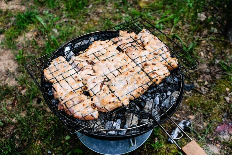 Het roosteren van heerlijke verscheidenheid van vlees bij de grill van de barbecuehoutskool G royalty-vrije stock afbeeldingen