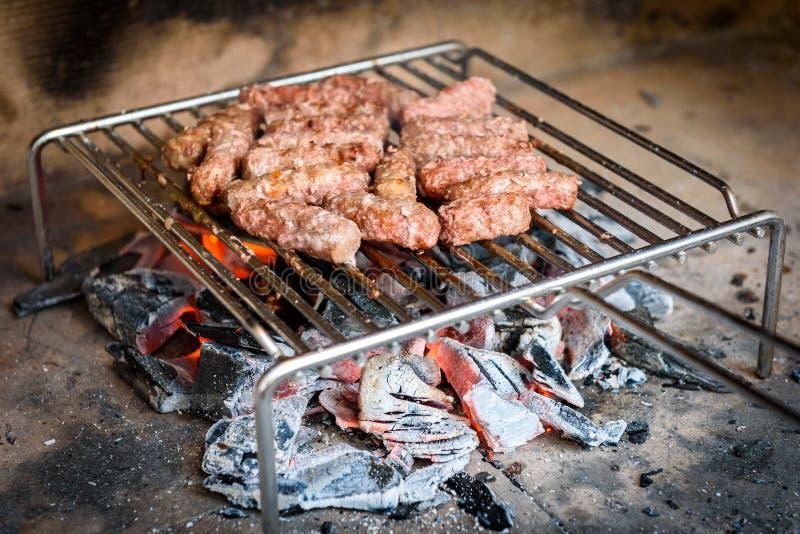 Het roosteren van Vlees bij de barbecuegrill met steenkool royalty-vrije stock afbeeldingen