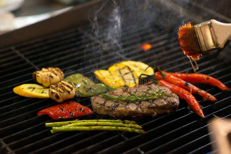 Het roosteren van vlees en groenten stock afbeeldingen