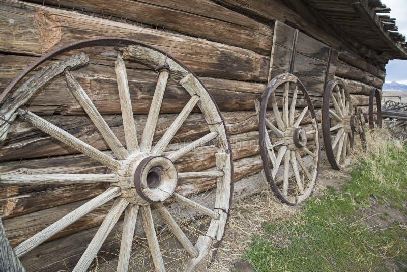 Het rotte hout spoked wielenblokhuis royalty-vrije stock afbeeldingen