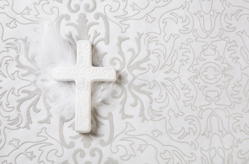 Het rouwen: wit ceramisch kruis op grijze ornamentachtergrond stock foto's