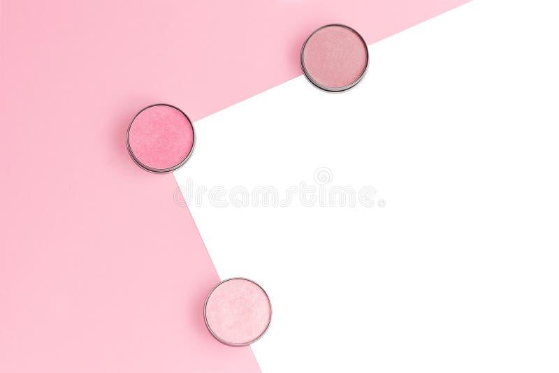 Het roze, het beige en het ivoor blozen, oogschaduw of highlighters op roze en ge?soleerde witte achtergrond royalty-vrije stock fotografie