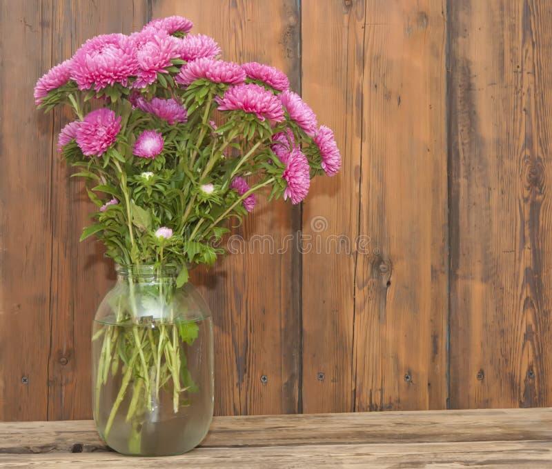 Het roze boeket van astersbloemen stock fotografie
