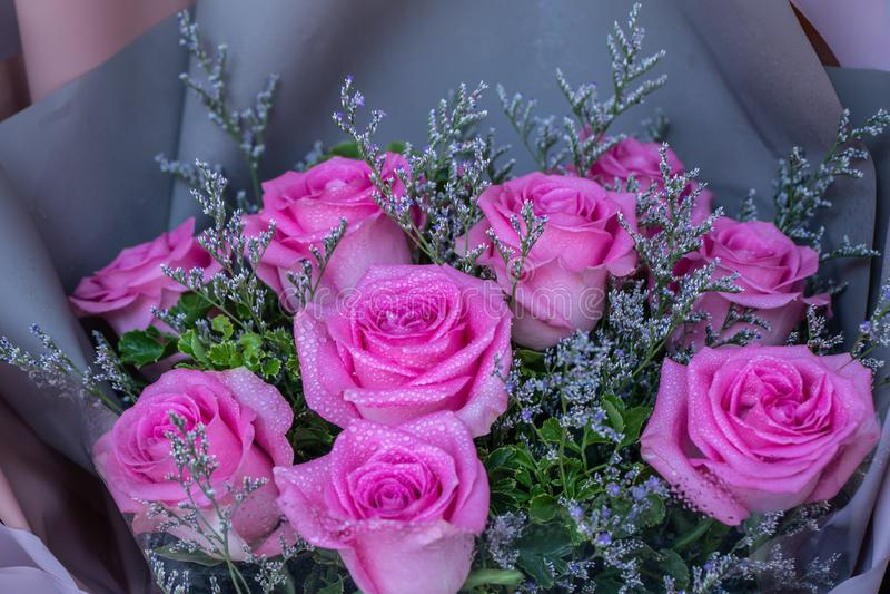 Het roze boeket van de rozenbloem met waterdalingen bij de bloemmarkt stock afbeelding