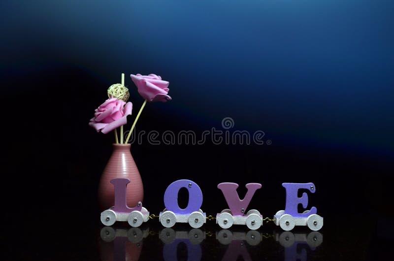 Het roze en de liefdedecoratiekar van de bloemvaas stock fotografie