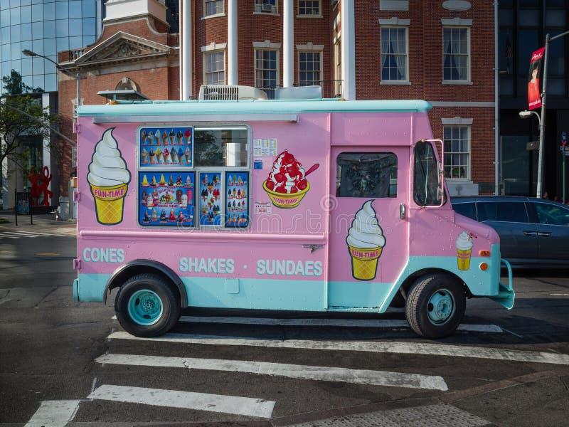 Het roze en het wintertalingsroomijs schudden de bestelwagen van de ijscoupevrachtwagen op een straat in Ne stock afbeeldingen