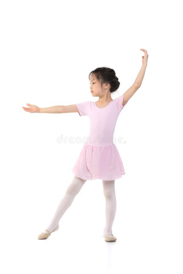 Het roze kleedde Aziatisch meisje in een ballet stelt royalty-vrije stock afbeelding
