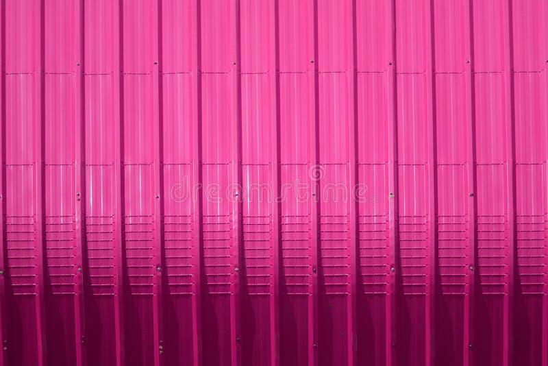 het roze patroon van het metaalblad en verticaal lijnontwerp stock foto's