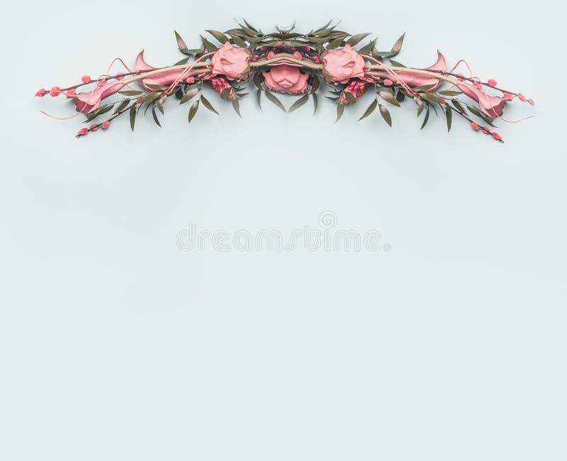 Het roze, prachtig verfraaide de lenteboeket van rozen en andere bloemen op een blauwe achtergrond, ruimte voor tekstvlakte lag stock fotografie