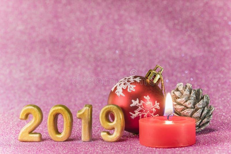 Het roze schittert achtergrond voor de Kaarten van het Nieuwjaar met Kerstboom stock afbeeldingen