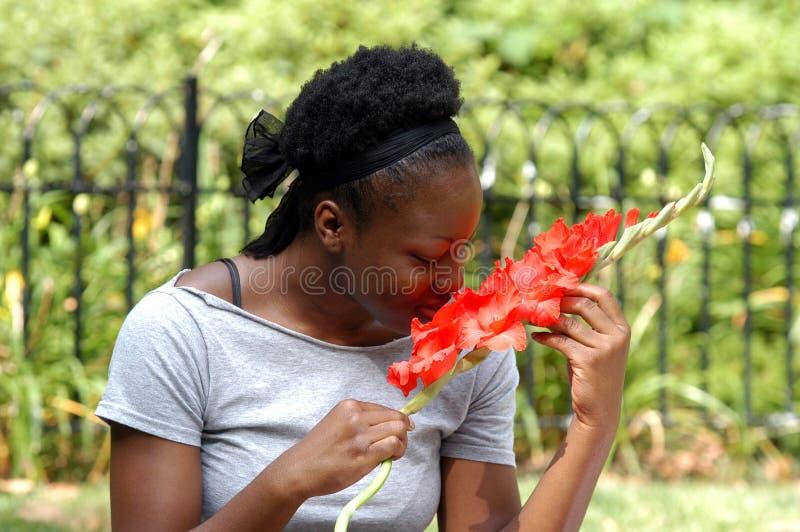 Het ruiken van de bloemen royalty-vrije stock foto's