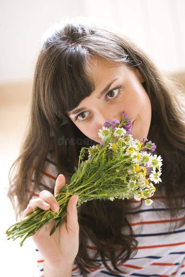 Het ruiken van de bloemen stock foto