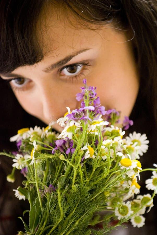 Het ruiken van de bloemen royalty-vrije stock fotografie