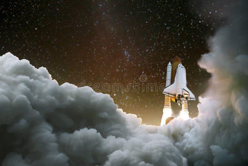 Het ruimtevaartuig stijgt in ruimte op Begin van de reis Ruimteexploratie Raket met rook op de sterrige hemel royalty-vrije stock afbeeldingen