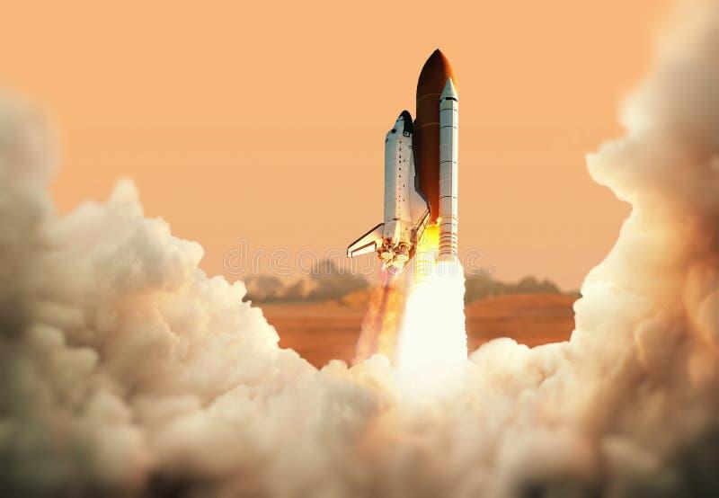 Het ruimtevaartuig stijgt in ruimte op Raket op de planeet Mars royalty-vrije stock afbeelding
