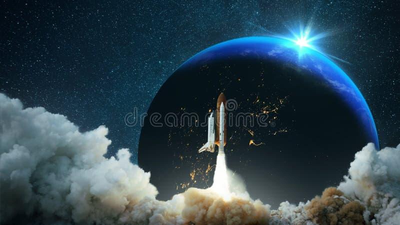 Het ruimtevaartuig stijgt in ruimte op Sterrige hemel en aarde met zonsondergang Ruimteopdracht reizen Raketvliegen aan de sterre royalty-vrije stock foto's