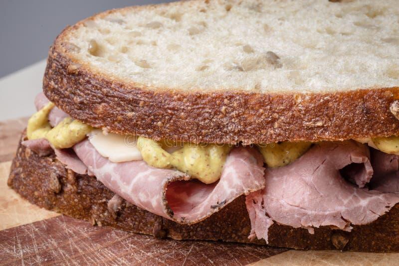 Het Rundvlees van het braadstuk en de Sandwich van de Kaas stock afbeeldingen