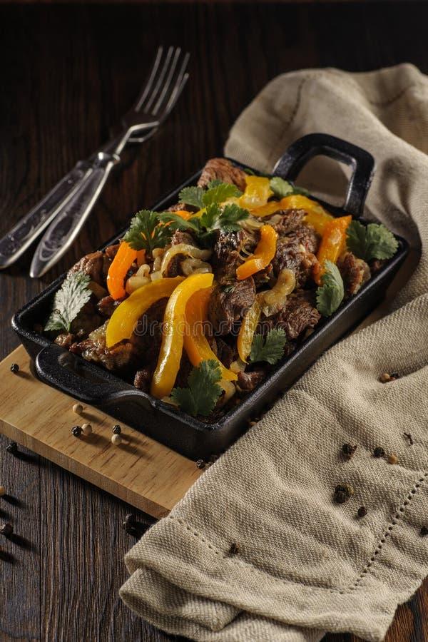 Het Rundvlees van het braadstuk met Groenten stock afbeelding