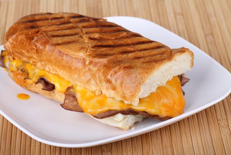 Het Rundvlees van het braadstuk en de Sandwich van de Kaas stock foto