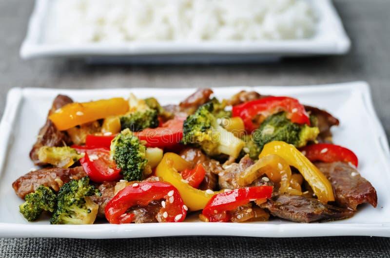 Het rundvlees van peperbroccoli beweegt gebraden gerecht royalty-vrije stock afbeeldingen