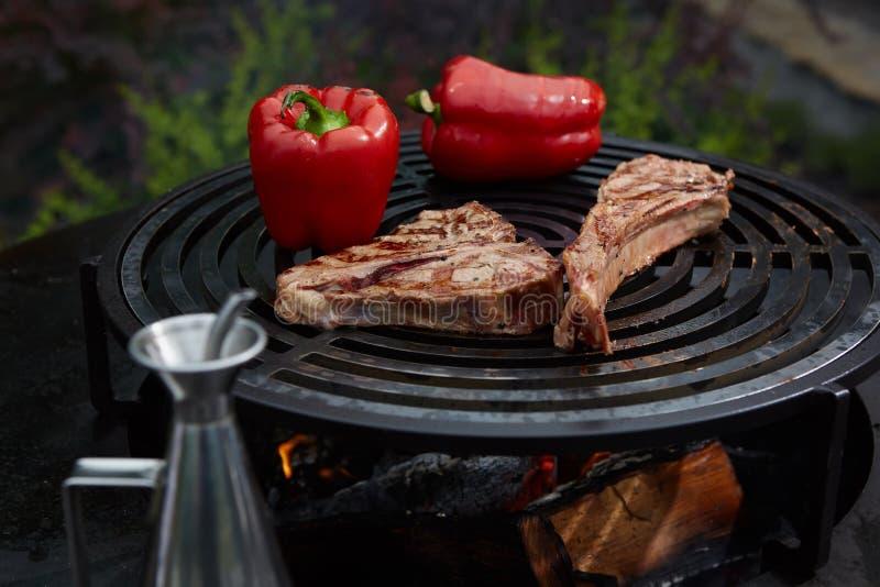 Het rundvleeslapje vlees en Rib van de tomahawkrib bij de hete zwarte grill royalty-vrije stock foto