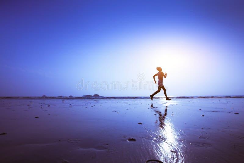 Het runnen van of het aanstoten van achtergrond, training op het strand stock foto