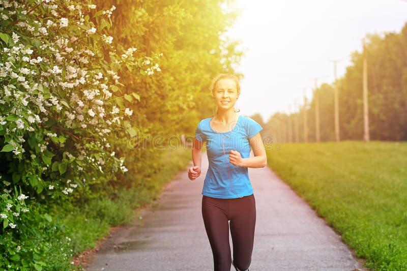 Het runnen van vrouw atletic spotsman opleiding in het de zomerpark Openlucht geschiktheidsportret royalty-vrije stock foto's