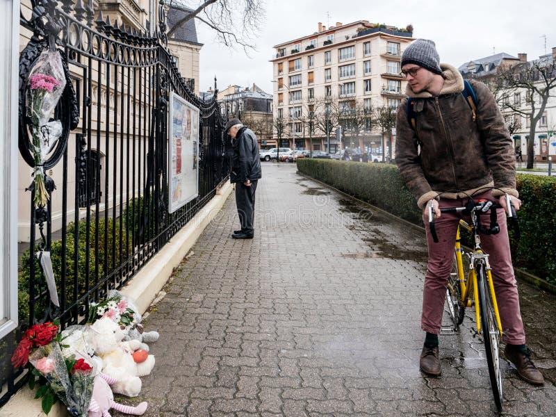 Het Russische Consulaatsambassade rouwen van slachtoffers - mensen die m lezen stock afbeelding