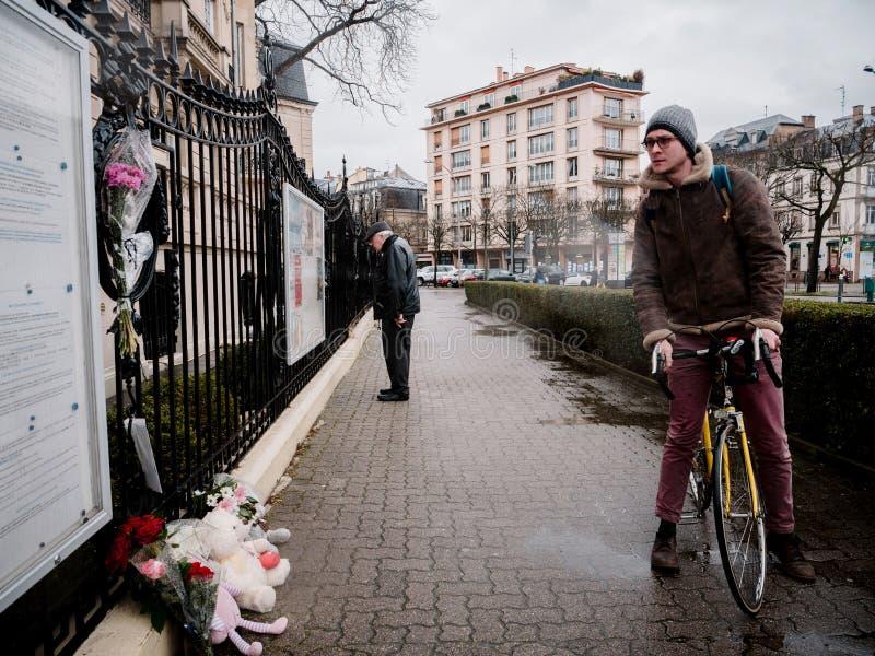 Het Russische Consulaatsambassade rouwen van slachtoffers - mensen die m lezen royalty-vrije stock foto