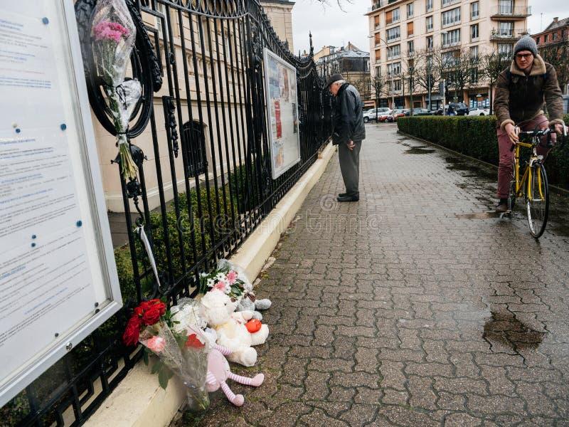 Het Russische Consulaatsambassade rouwen van slachtoffers - mensen die m lezen stock foto's